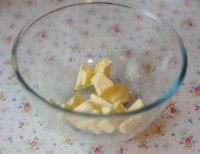 Основа для чизкейка: порежьте сливочное масло кусочками, дайте ему размягчиться