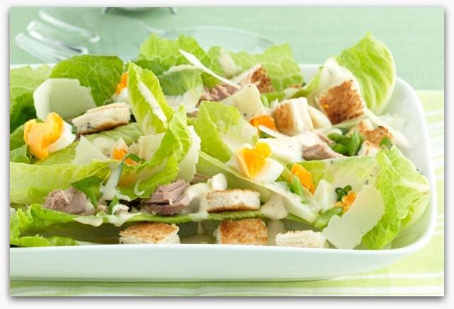 Цезарь с яйцом и курицей рецепт пошагово