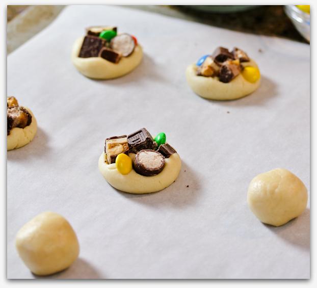 Новогоднее печенье с разными шоколадными батончиками (сникерс, марс, эмэмдэмс)